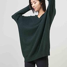V领宽松纯羊绒针织女连衣裙 E276A6013