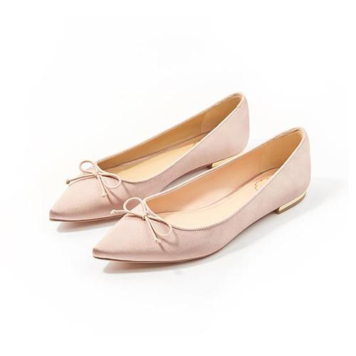 购任意正价鞋两双,即可获赠价值599元的粉色平底鞋一双。